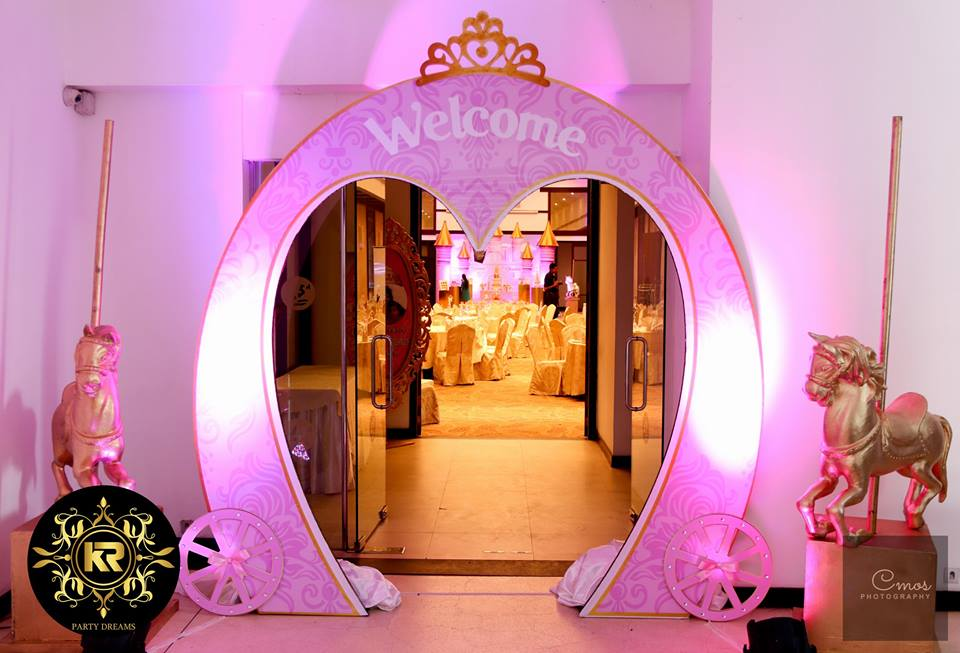 Golden-Princess-Castle-Birthday-Welcome-Arch
