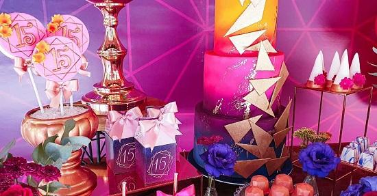 Decoraciones de quinceañera en rosa fuerte y morado