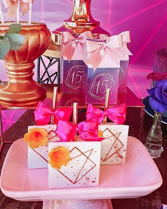 Dulces y golosinas de cumpleaños geométricas rosadas y doradas